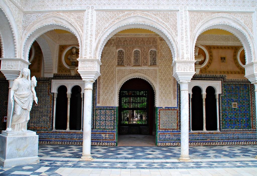 puerta ventanas arcos columnas y estatua casa pilatos sevi
