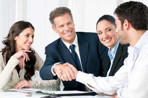 Business handshake to seal a deal | by Thynk - Coaching en Alicante - Formación empresar