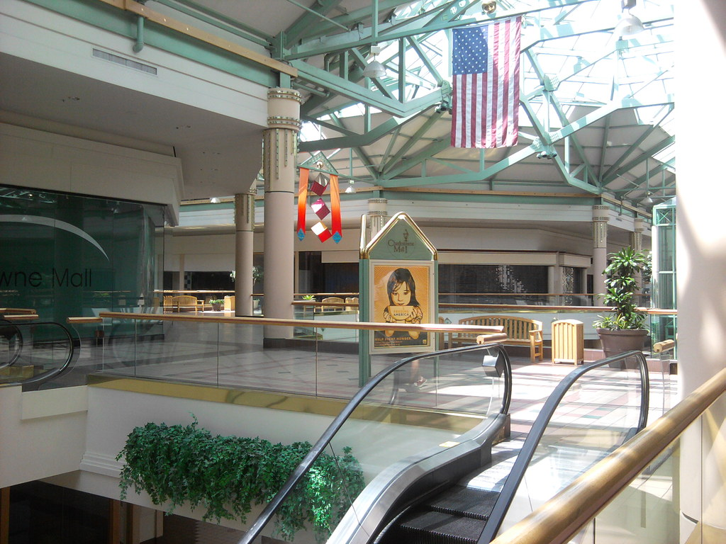 Charlestowne Mall St Charles Il The Ad In The Middle