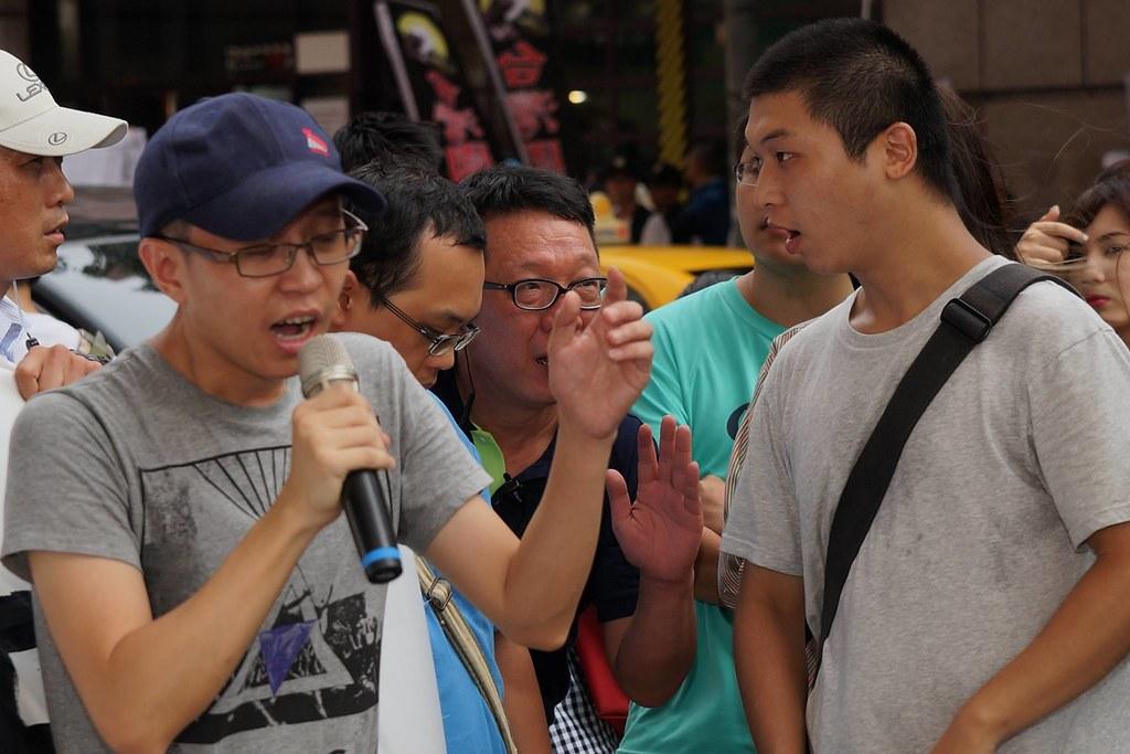 民進黨社運部組長李世明(左四)原表示民進黨將出面與勞團溝通,但事後歷經勞團數度喊話,皆未見到代表出面。(攝影:王顥中)