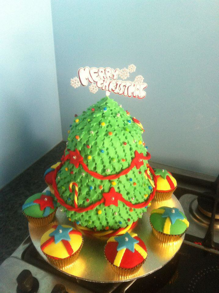 Christmas Tree Cake With Cupcake Presents Made With Fondan Flickr