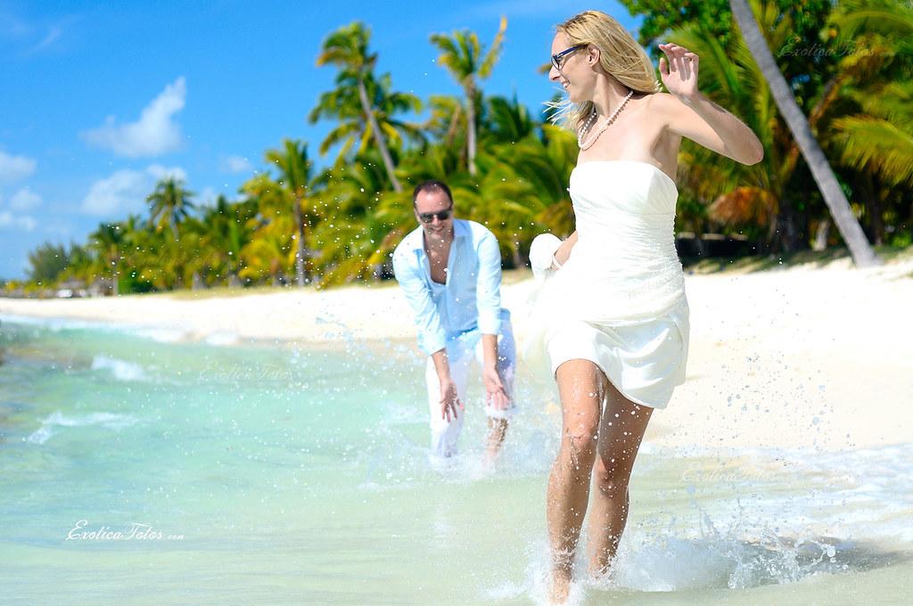 Couple having fun at the beach on their honeymoon zubeyr for Honeymoon on the beach