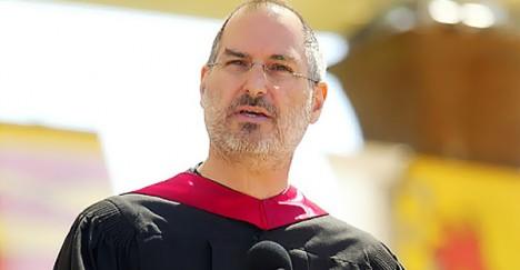 2005年,蘋果創辦人Steve Jobs在史丹佛大學的演講在網路瘋傳。大家多半只在乎賺錢的蘋果是如何長成的,卻沒看到放棄學業的賈伯斯,做出這個決定背後重要的物質環境,就是美國大學企業化之下的高學費問題。(圖片翻攝自網路)