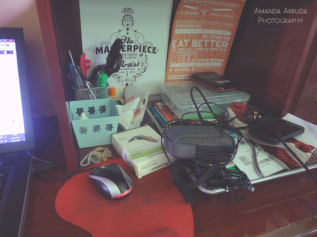 Bagunça É assim que a minha escrivaninha se comporta d… Flickr #713E40 1024x768