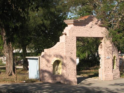 Antigua puerta del campo deportivo luis miranda hoy palac for Puertas de campo antiguas