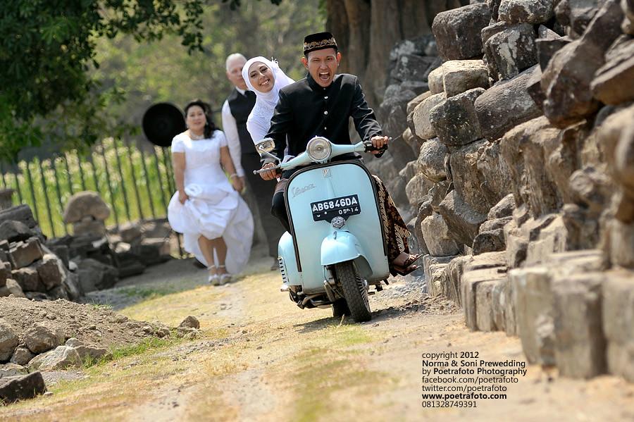 Fotografer Prewedding Jogja: Foto Pre Wedding Vintage With Vespa Outdoor Photo At Yogya