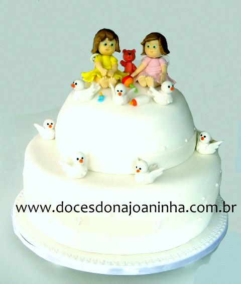 bolo batizado decorado com duas anjinhas brinquedos e pombinhas by bolos decorados dona joaninha