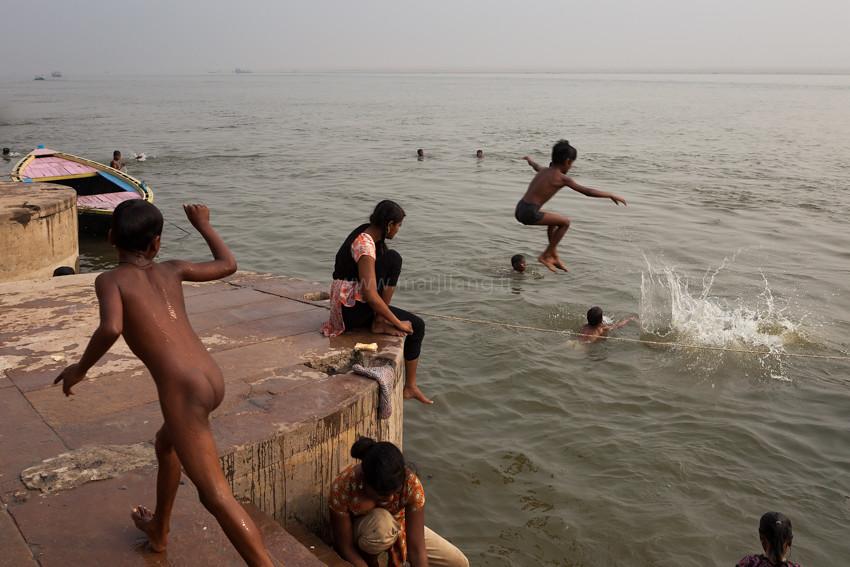 Fun, Varanasi | Kids playing and diving in Ganges river ...