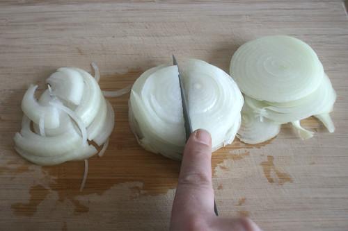 11 - Zwiebelringe halbieren / Half onion rings