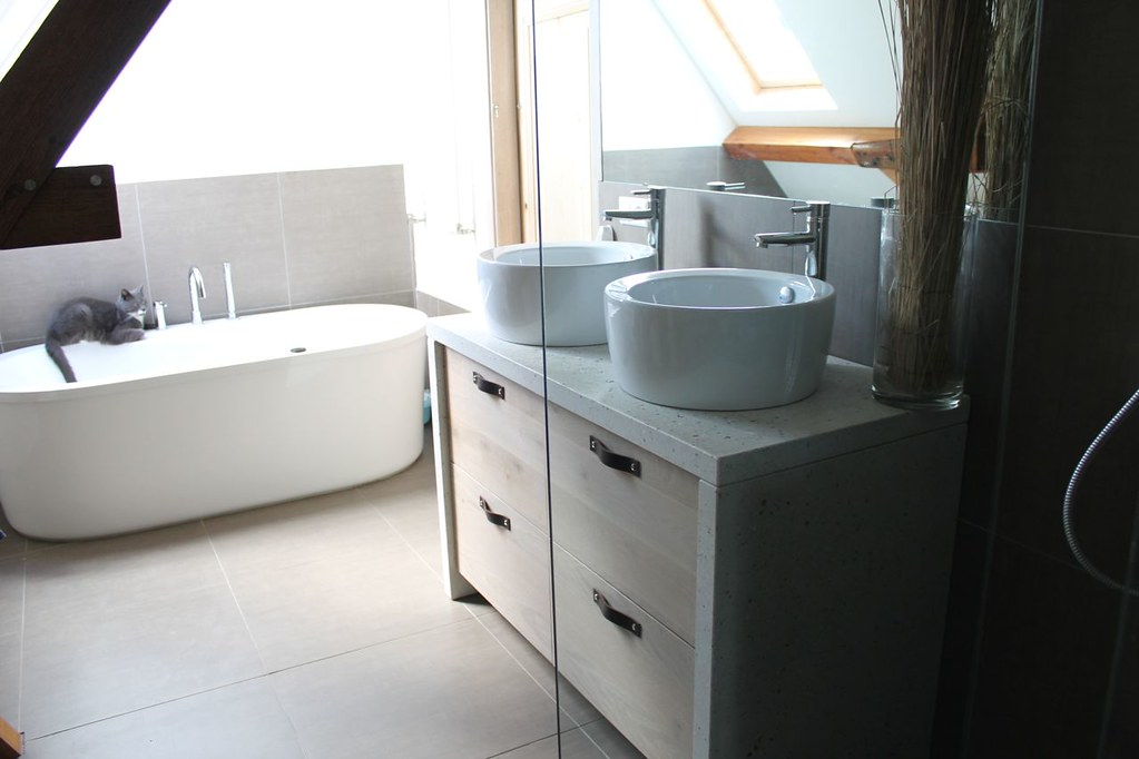 Badkamer meubel met eiken houten deuren en betonnen blad | Flickr
