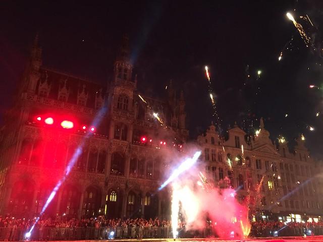 Fuegos artificiales en la Grand Place de Bruselas (Alfombra floral 2016)