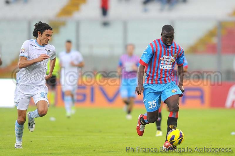 Souleymane Doukara in azione in Catania-Lazio del 2012-13