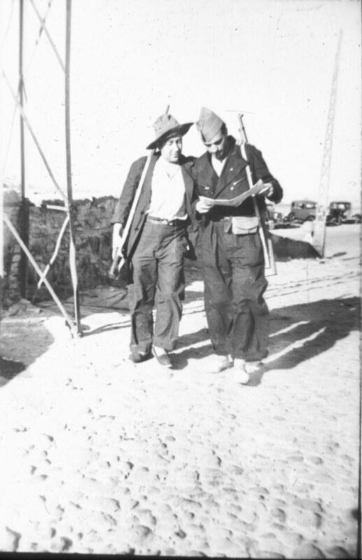 Milicianos en la Calle Núñez de Arce, cerca del Miradero, en Toledo durante la guerra civil, asedio del Alcázar, verano de 1936. Fotografía de Santos Yubero © Archivo Regional de la Comunidad de Madrid, fondo fotográfico