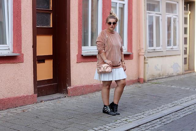 outfit-rosa-samt-pullover-trend-suede-sommer-look-style-rosegold-uhr-fashionblog-modeblog1