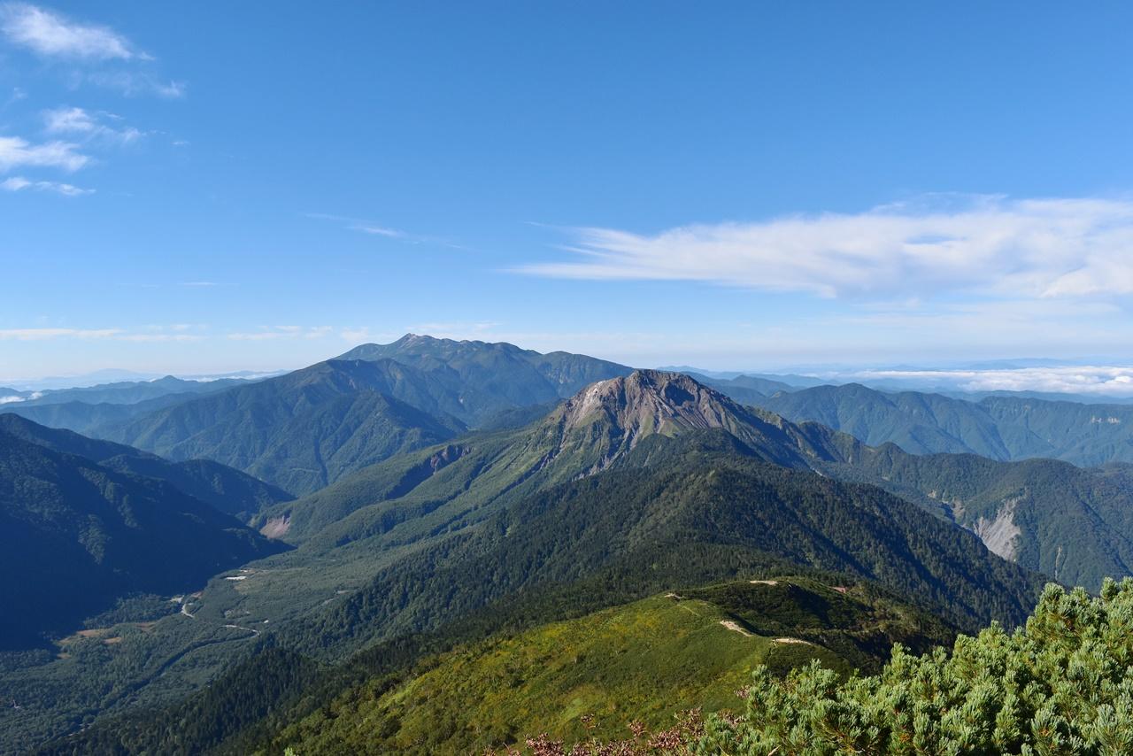 西穂高岳から夏の焼岳と乗鞍岳