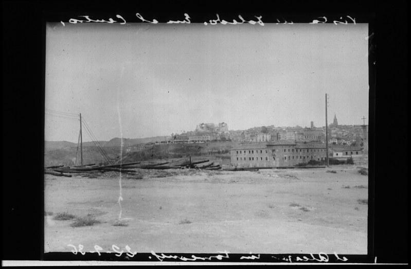 Vista de Toledo desde el norte durante la guerra civil, asedio del Alcázar, 22 de septiembre de 1936. Fotografía de Santos Yubero © Archivo Regional de la Comunidad de Madrid, fondo fotográfico