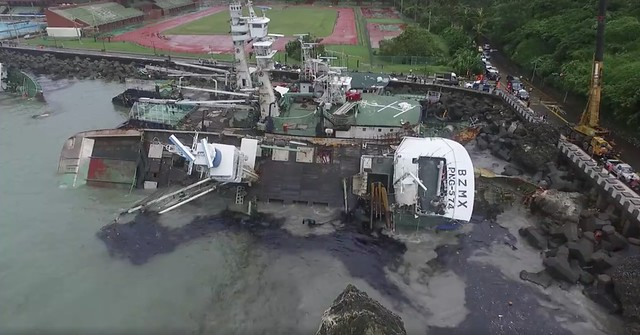 莫蘭蒂颱風造成西子灣船隻擱淺漏油。圖片來源:截圖自漂浪島嶼空拍畫面