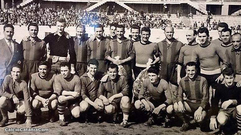 Il Catania 1947/48 ritratto in una foto di gruppo