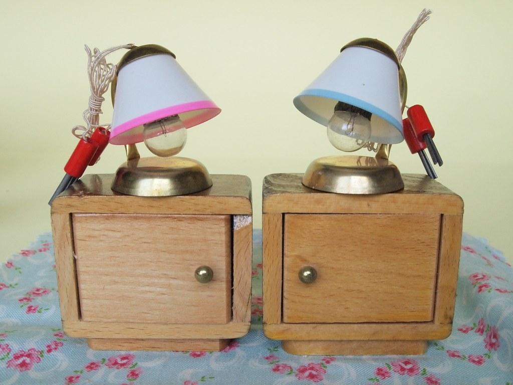 1950er puppenm bel schlafzimmer nachtschr nke und lampen. Black Bedroom Furniture Sets. Home Design Ideas