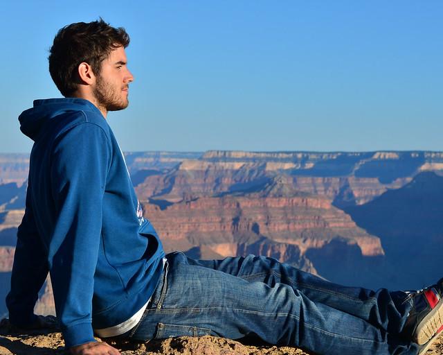 Contemplando el paisaje en el Gran Cañón de Estados Unidos