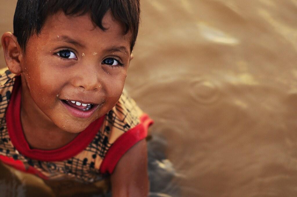Niño feliz abrazando un cojín   Descargar Fotos gratis