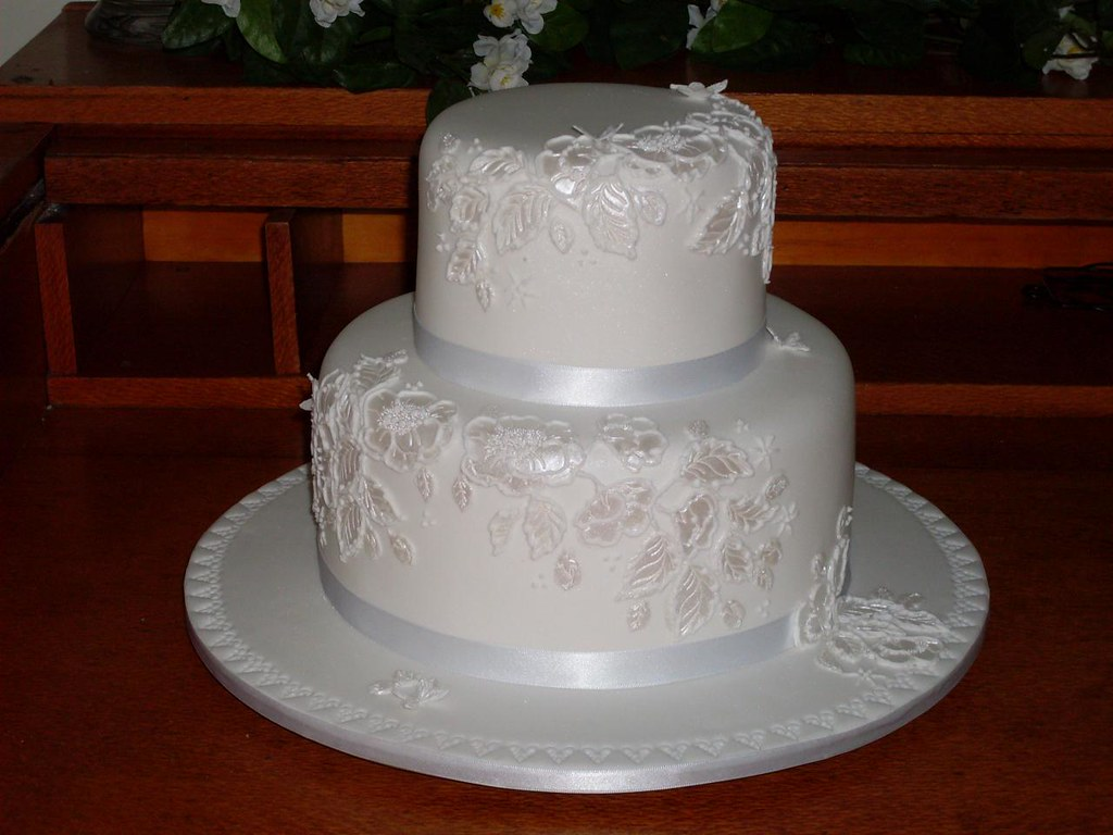 pictures of 2 tiered wedding cakes standard 1 2 tier wedding cakes kissthebride au 18376
