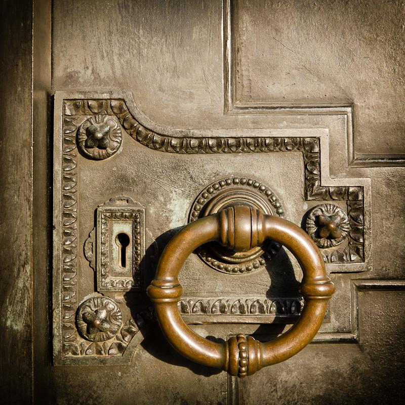 Antique lock door knocker this door with antique lock for Door knockers uk
