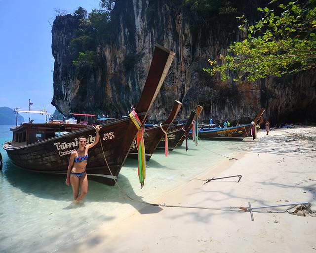 Junto a las barcas que hay amarradas en la orilla de Koh Lading