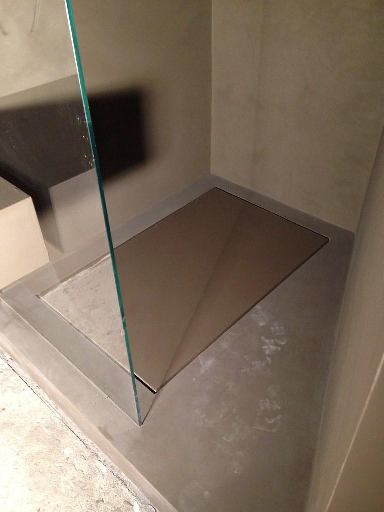Piatto doccia filo pavimento  La resina nei bagni é una de…  Flickr