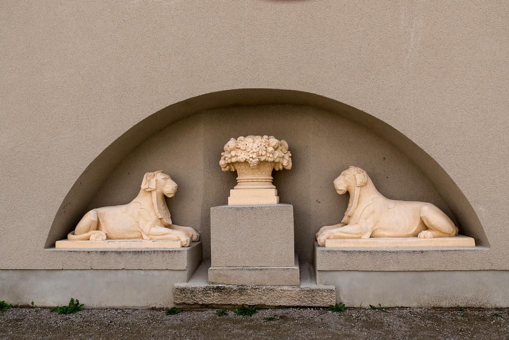 Skulpturenschmuck An Der Strassenseite Der Terrasse Vor Der Flickr