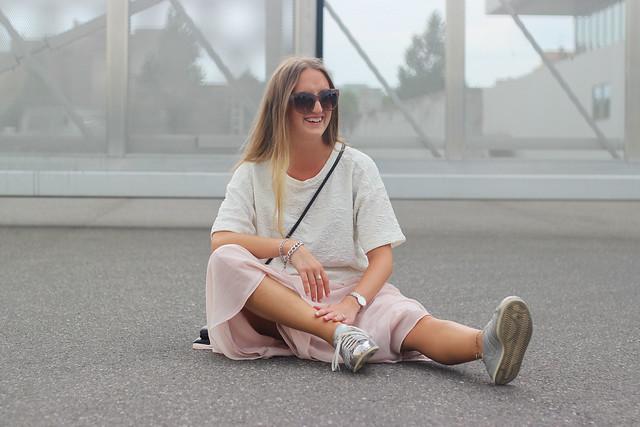 midi-skirt-details-sitting-wmbg