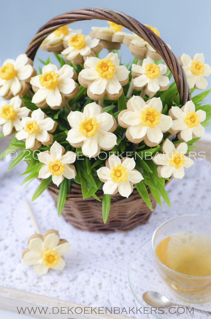 Daffodil cookies bouquet | Flowers are piped with royal icin… | Flickr