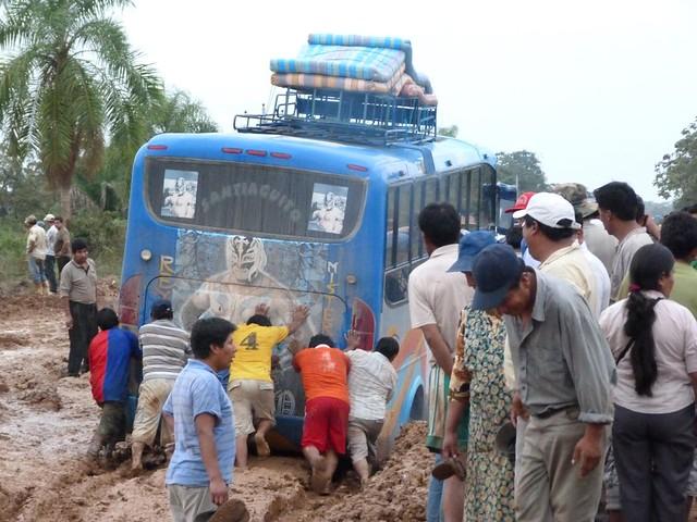 Autobús atrapado en el barro de la carretera entre Rurrenabaque y Santa Rosa