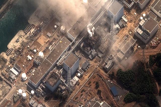 當地時間15日,日本福島第一核電站2號和4號機組相繼爆炸。上午8點,核電站正門前的輻射量為每小時8217微西弗,相當于普通人年可被輻射量上限的約8倍
