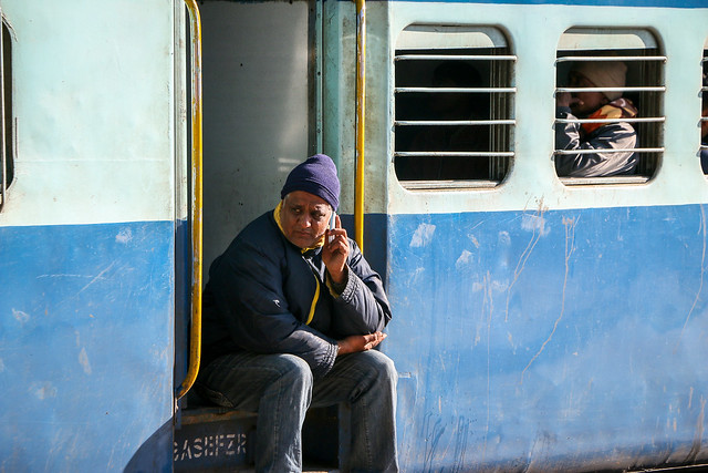 Passengers resting at a station on the way to Jaisalmer, India ジャイサルメール行きの列車の途中駅で休憩中の人々