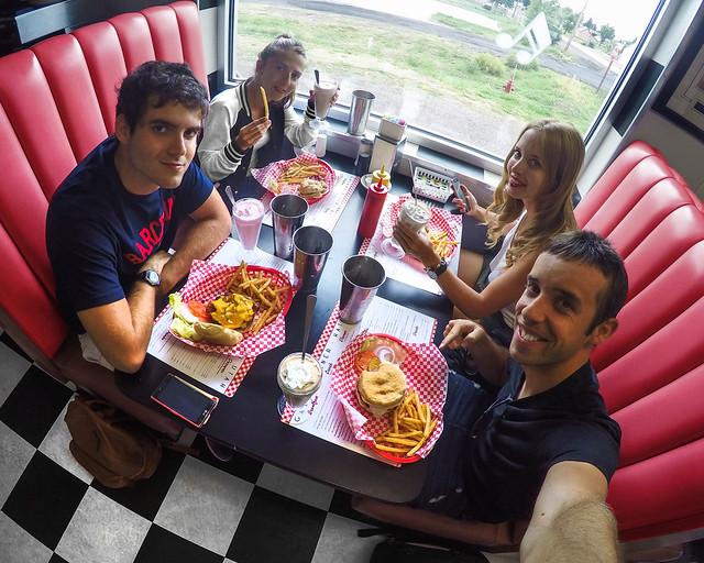 Comiendo en un dinner de carretera en la Costa Oeste de Estados Unidos