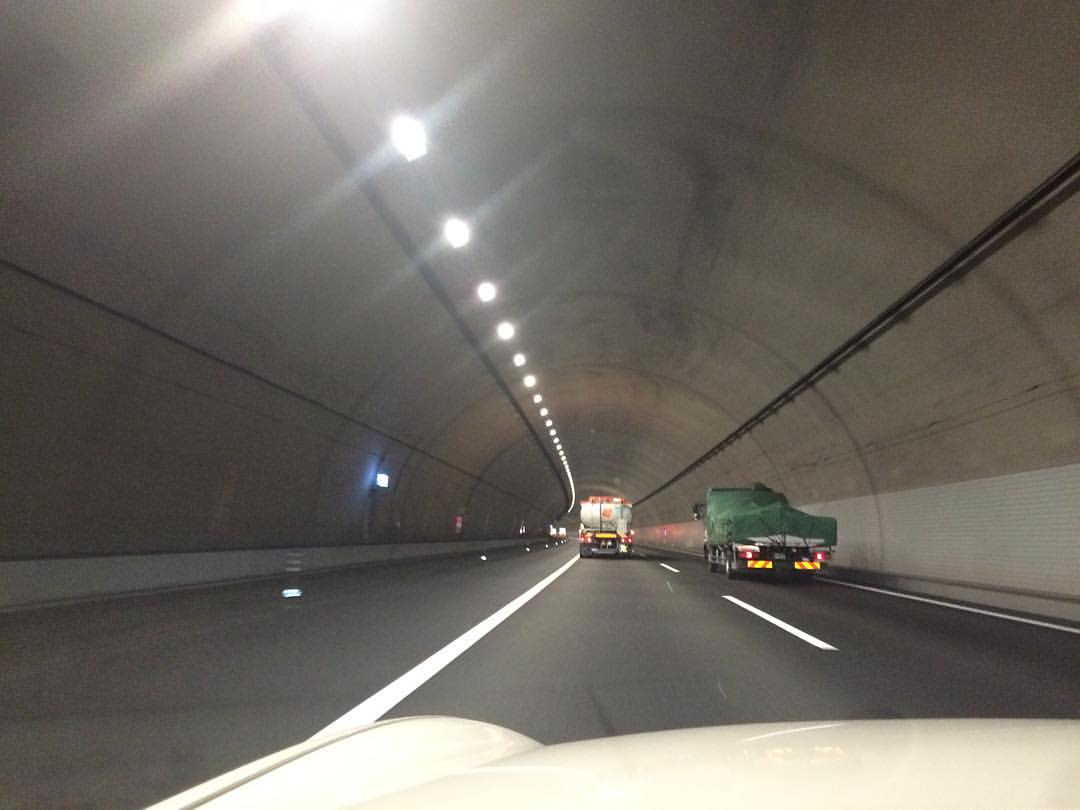 静岡県内のトンネルは、左一車線は使わないみたい。緊急車両用かな