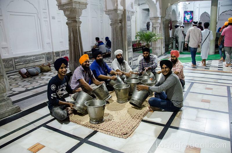 voluntarios en el templo dorado de los sijs