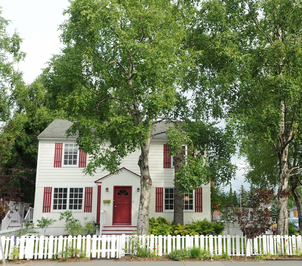red and white saltbox style house white picket fence bir flickr. Black Bedroom Furniture Sets. Home Design Ideas