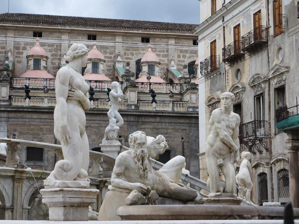 Statues at fontana pretoria palermo italy piazza for Amapola jardin de infantes palermo