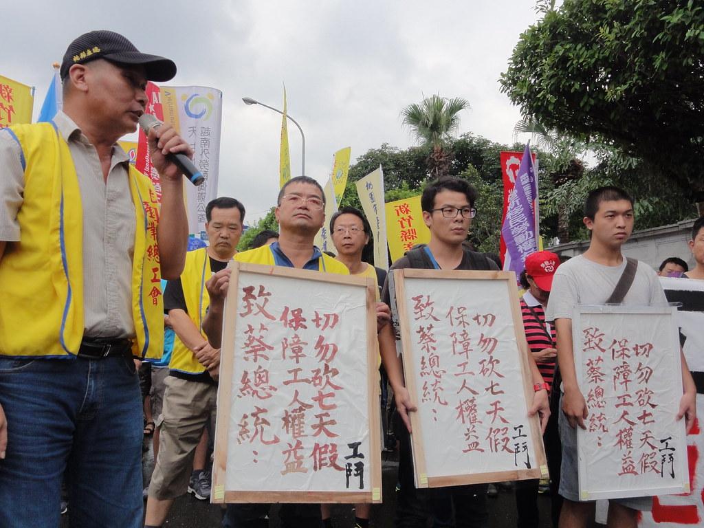 各工會幹部展示今早由工人的血所書寫成的「血書」。(攝影:張宗坤)