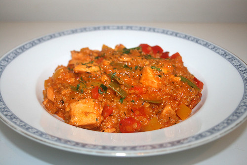 43 - Salmon quinoa fry with coconut milk & bell pepper - Side view / Lachs Quinoa Pfanne mit Kokosmilch & Paparika - Seitenansicht