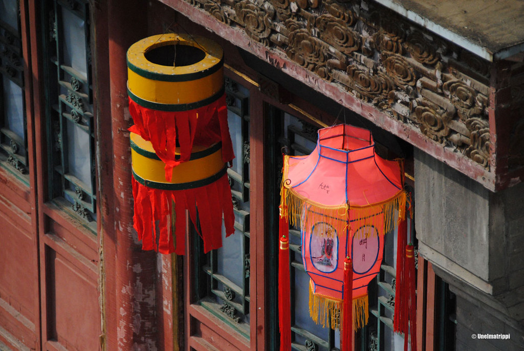 Räystäskoristeita ja lampunvarjostimia Kesäpalatsin rakennuksissa