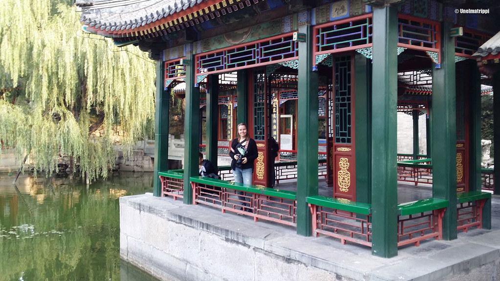 Jenni kesäpalatsin upeiden rakennusten keskellä