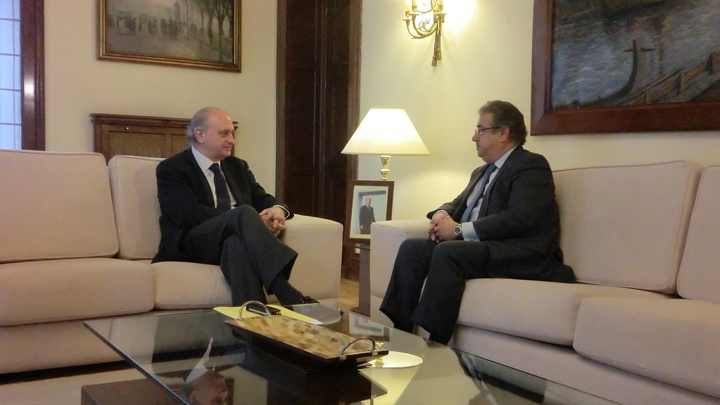 El ministro del interior jorge fern ndez d az se re ne c for Ministro de interior espana