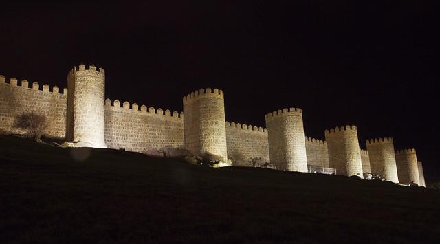 Múry Avily v noci
