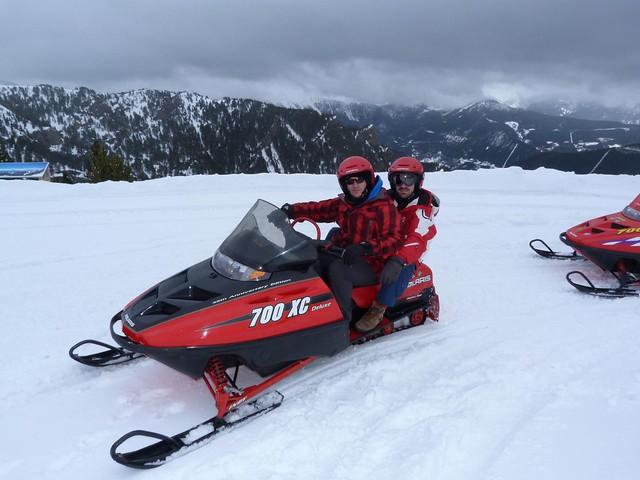 Sele y Machbel en una moto de nieve en Andorra