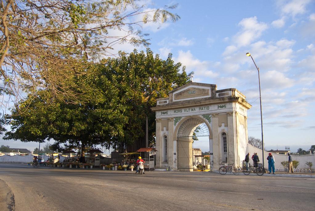 Puerta central del cementerio general de la ciudad de sant for Cementerio parque jardin la puerta