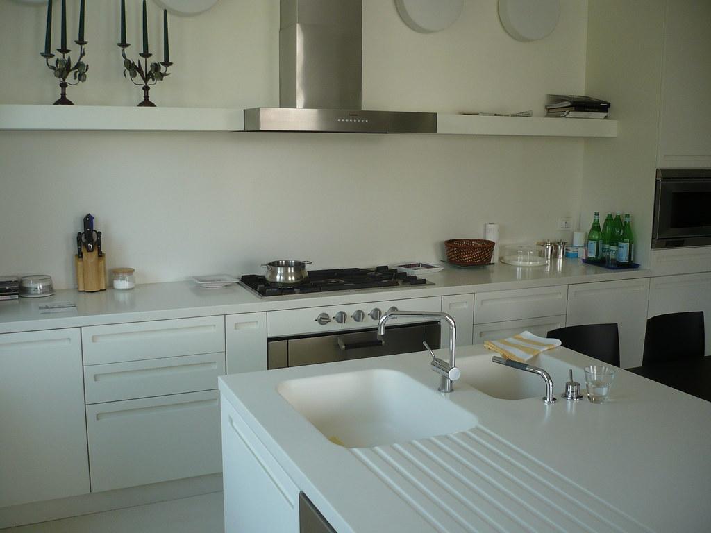 Cucina con isola e piani di lavoro in corian cucine flickr - Piani lavoro cucine ...