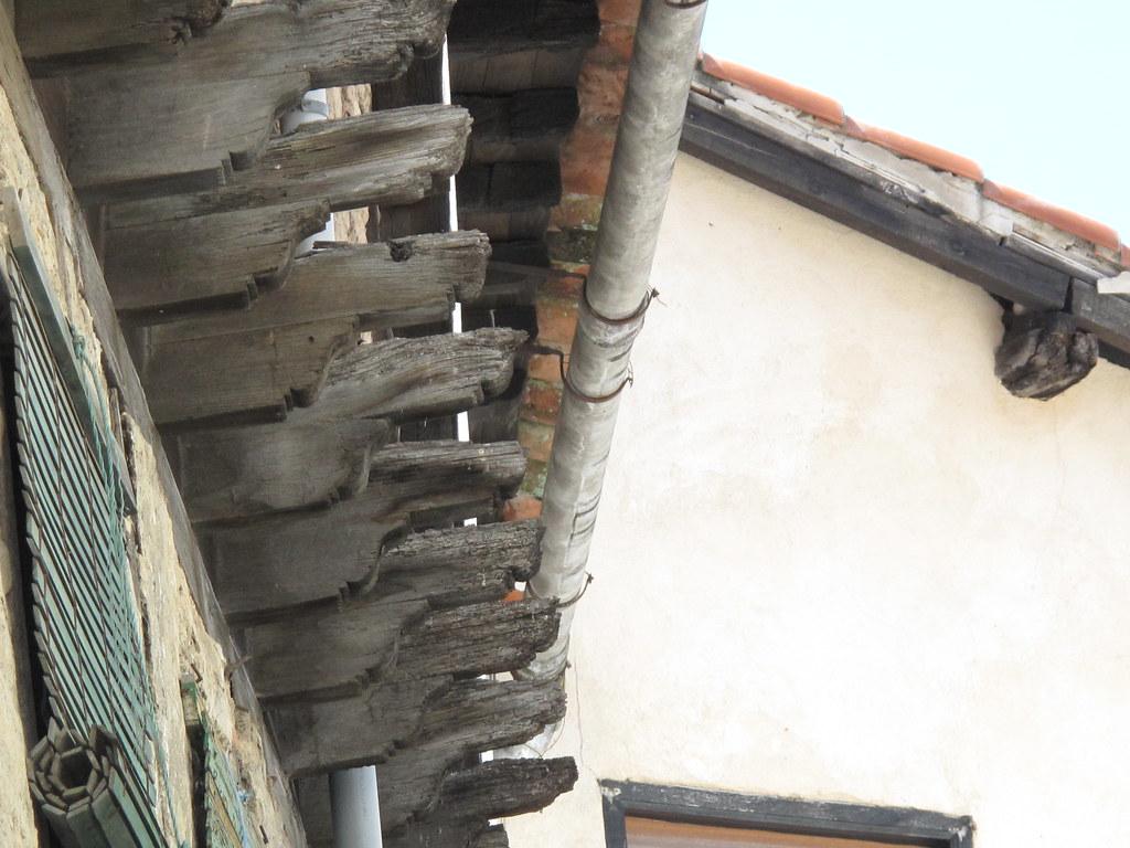 Alero saliente en tejado con adornadas vigas de madera vi - Vigas de madera huecas ...